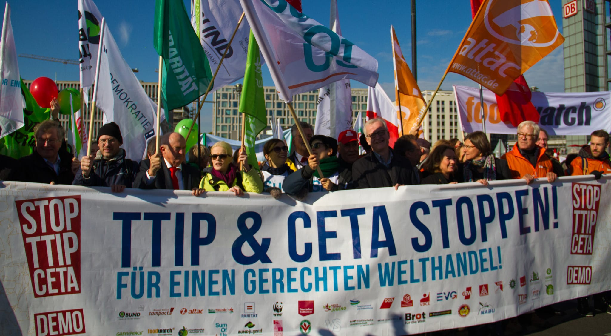 """Unter dem Motto """"TTIP & CETA stoppen! Für einen gerechten Welthandel"""" protestierten am 10. Oktober 2015 etwa 250.000 Menschen in Berlin gegen TTIP und CETA."""