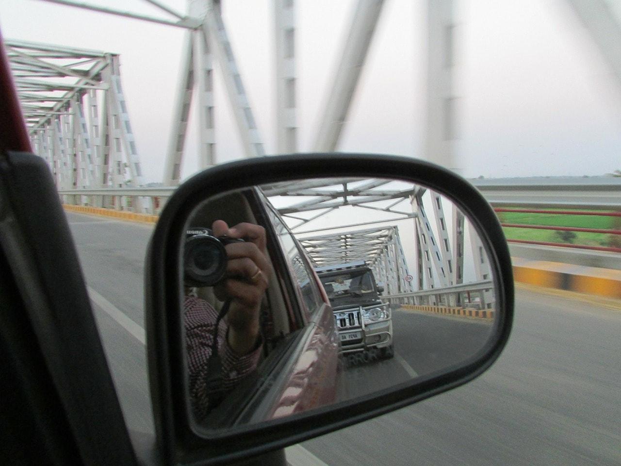 Über den Rückspiegel fotografiert.