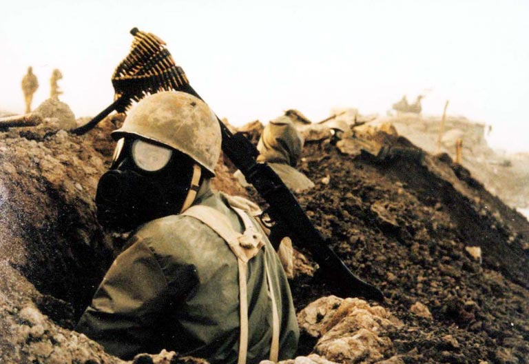 Ein iranischer Soldat mit Gasmaske im Iran-Irak-Krieg - Wikipedia – CC BY-SA 3.0
