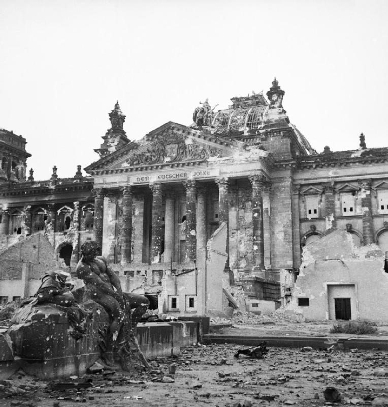 Ruine des Reichstags nach der Schlacht im Mai 1945.