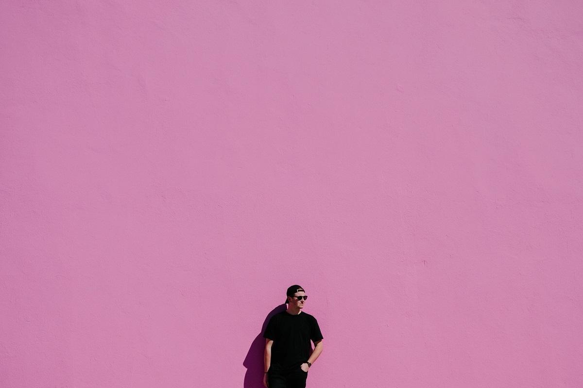 Mann an der Wand (Foto: Leio Mclaren; Unplash.com)