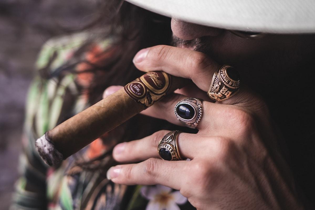 Ein Mann mit Hut raucht eine Zigarre. (Foto: Etienne Beauregard Riverin, Unsplash.com)