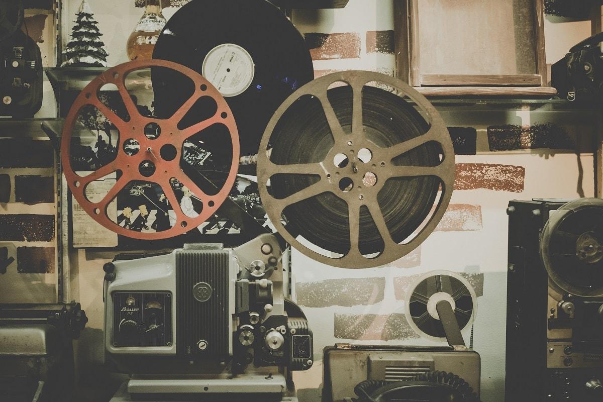 Eine alte Filmvorführmaschine. (Foto: Noom Peerapong, Unsplash.com)