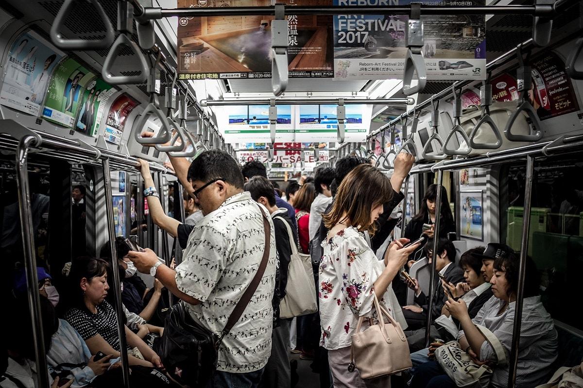 Anti-social in Japan. All people focused on their mobile devices. (Foto: Hugh Han, Unsplash.com)