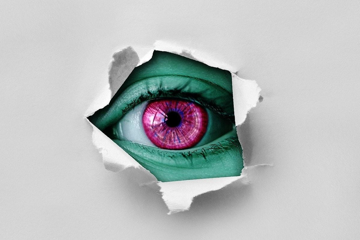 Ein Augen in einem Loch in der Wand. (Foto: Alexas_Fotos, Pixabay.com;Creative Commons CC0)