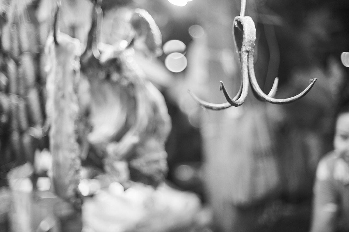 Haken in einer Metzgerei. (Foto: Engin Akyurt, Pixabay.com; Creative Commons CC0)