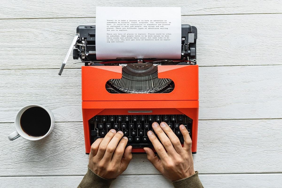 Schreibmaschine auf einem Tisch. (Foto: Rawpixel, Unsplash.com)