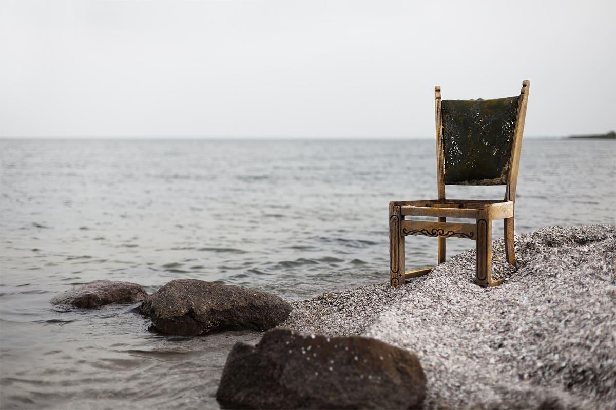 Ein Stuhl am Meer. (Foto: Tom van Hoogstraten, Unsplash.com)