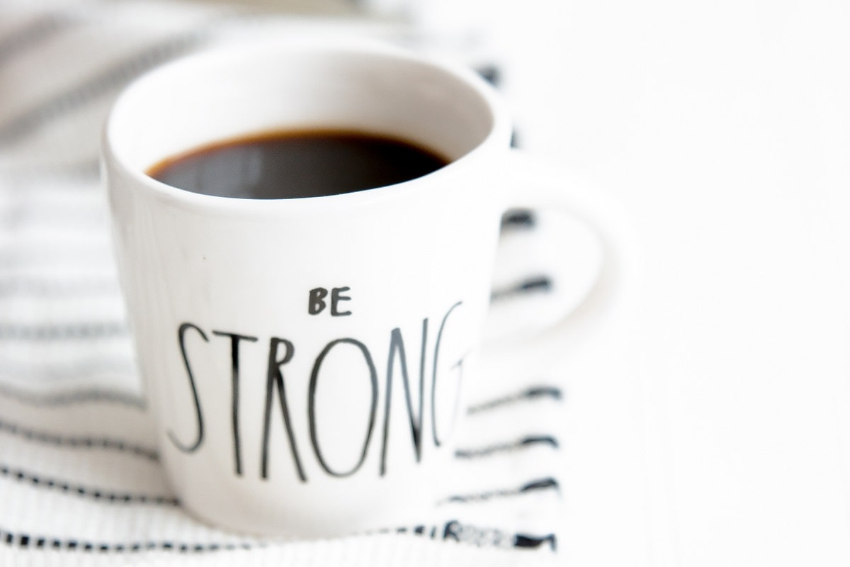 Um das Zeitungssterben zu ertragen, hilft ein starker Kaffee. (Foto: Heather Schwartz, Unsplash.com)
