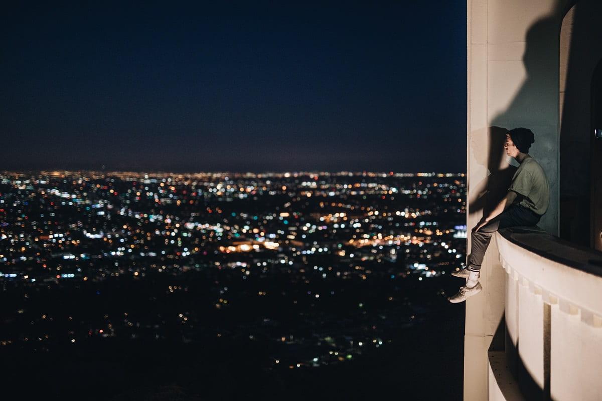 Mann schaut vom Hochhaus. (Foto: Nathan Dumlao, Unsplash.com)