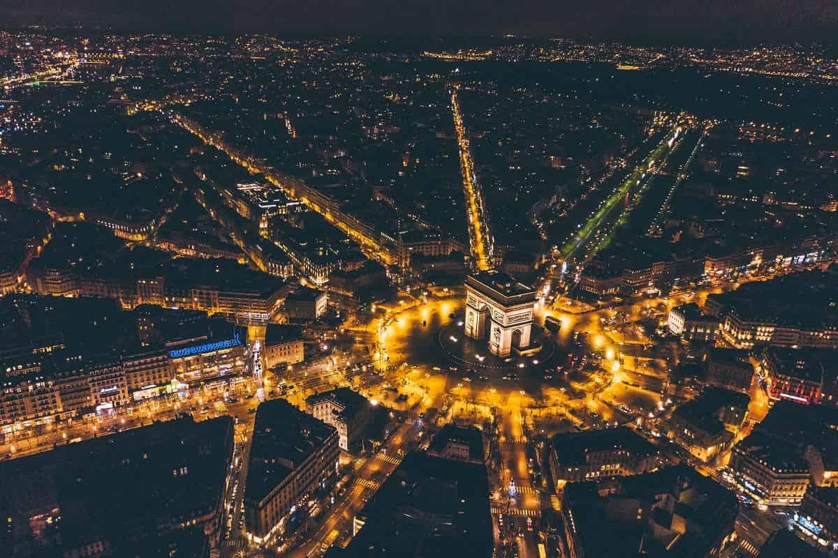 Die Innenstadt von Paris bei Nacht. Beginnt hier eine neue Revolution? (Foto: Alexus Goh, Unsplash.com)