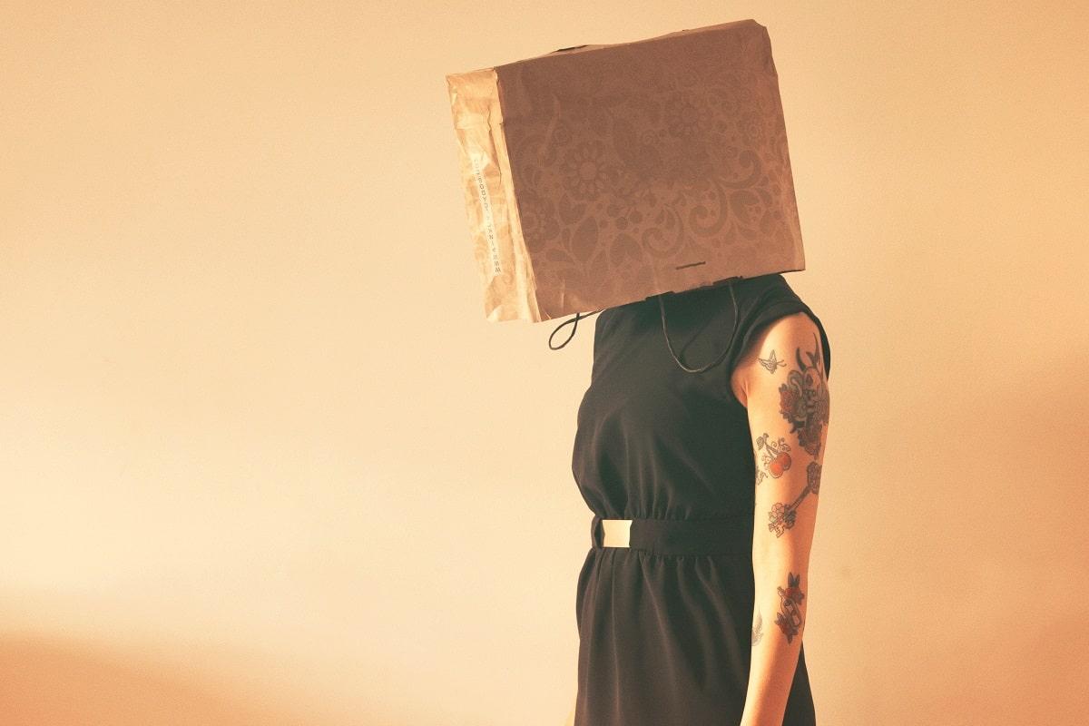 Kann man sich dem Social Proof entziehen? Nicht mit einer Tüte über dem Kopf. (Foto: Debora Bacheschi, Unsplash.com)